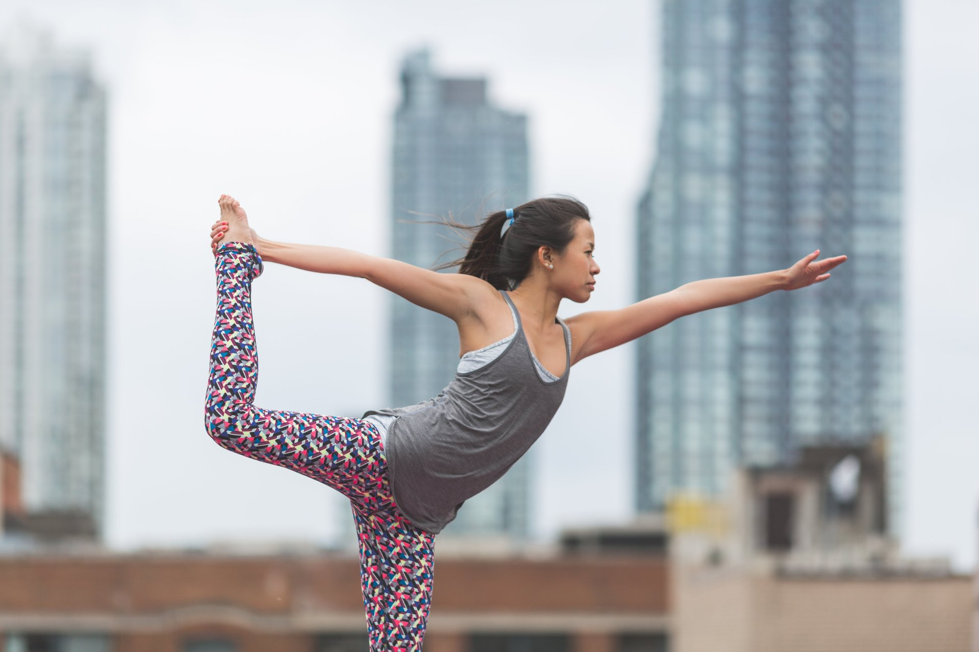 dancers-pose-yoga-rooftop_4460x4460